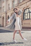 Gladlynt drömlikt gå för flicka som poserar för foto på semester henne royaltyfri foto