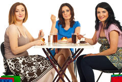 gladlynt efterrätt som äter tabellkvinnor Royaltyfri Bild