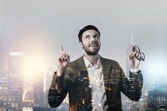Gladlynt emotionell ung man som pekar till himlen Royaltyfria Foton