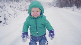Gladlynt en årspojke i vinterskogen som skapas med gimbalen stock video