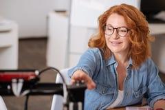 Gladlynt förtjust kvinna som arbetar med en skrivare 3D Royaltyfria Bilder