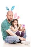 Gladlynt fader och dotter med kaninöron Arkivbild