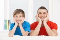 Gladlynt fader och son. Arkivfoton