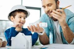 Gladlynt fader och son som ser resultat av printing 3D Arkivfoton