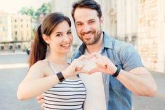 Gladlynt falla för par som är förälskat i staden royaltyfria bilder