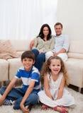 Gladlynt familj i vardagsrumet Royaltyfria Bilder