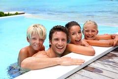 Gladlynt familj i vatten Arkivbilder
