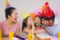 Gladlynt familj med kakan och gåvor på ett födelsedagparti fotografering för bildbyråer