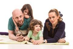 Gladlynt familj med två ungar Fotografering för Bildbyråer