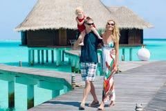 Gladlynt familj på Maldiverna royaltyfria bilder