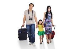 Gladlynt familj som går att semestra Royaltyfria Foton