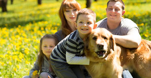 gladlynt familj som har en picknick Royaltyfri Bild