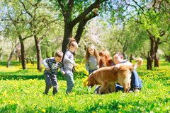 gladlynt familj som har en picknick royaltyfria foton
