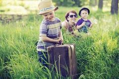 Gladlynt familj som spelar på högväxt gräs Royaltyfri Foto