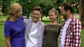 Gladlynt familj som tillsammans skrattar och att ha gyckel och att spendera fritid, wellness arkivfoton