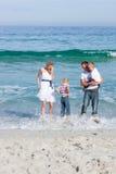 gladlynt familjgyckel för strand som har Royaltyfri Bild