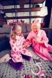 Gladlynt farmor och sondotter som talar om frisyr fotografering för bildbyråer