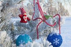 Gladlynt ferie av jul lyckligt nytt år Lyckönskan och gåvor Jul vinter, snö Arkivfoto