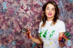 gladlynt flicka Händer i målarfärg Arkivbild