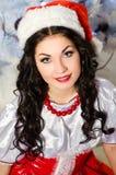 Gladlynt flicka i den Santa Claus hatten Royaltyfri Foto