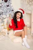 Gladlynt flicka i den Santa Claus hatten Royaltyfri Fotografi