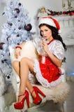 Gladlynt flicka i den Santa Claus hatten Kvinna som dricker champagne på Royaltyfri Foto