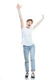 Gladlynt flicka i den vita t-skjortan som lyfter händer Royaltyfria Bilder