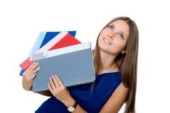 Gladlynt flicka i en blå klänning med mappar för att se för dokument arkivbild