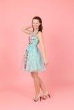 Gladlynt flicka i en klänning Royaltyfri Foto