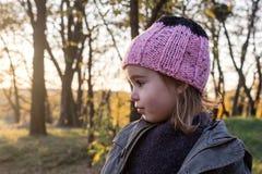 gladlynt flicka little stående royaltyfri bild