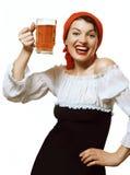 Gladlynt flicka med en råna av öl Royaltyfria Foton