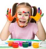 Gladlynt flicka med målade händer royaltyfri foto