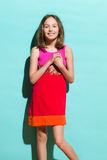 Gladlynt flicka på en turkosbakgrund Fotografering för Bildbyråer