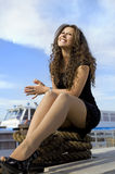 Gladlynt flicka på landningetapp Arkivfoton