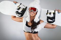 Gladlynt flicka som poserar med snowboarden Royaltyfria Foton