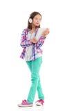 Gladlynt flicka som rymmer en digital minnestavla Royaltyfri Bild
