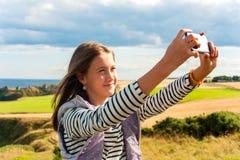 Gladlynt flicka som tar selfie i Skottland Aberdeen och höga Grampian Royaltyfria Bilder
