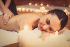 Gladlynt flicka som tycker om kroppbehandling på brunnsorten Arkivfoto