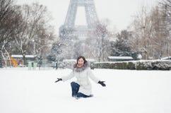 Gladlynt flicka som tycker om vinterdag i Paris Arkivbild