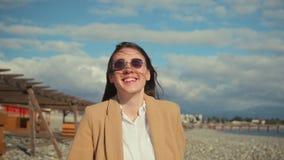 Gladlynt flickautgifterdag som går på stranden stock video
