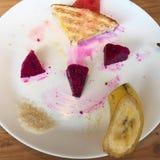 Gladlynt frukost som göras från frukter Royaltyfri Fotografi