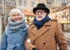 Gladlynt gamal man och kvinna som kopplar av i stad royaltyfri fotografi