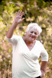 Gladlynt gammalare kvinna. Royaltyfri Foto