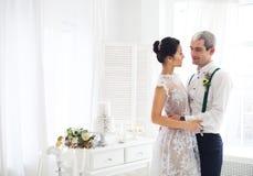 Gladlynt gift par royaltyfria foton
