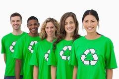 Gladlynt grupp av miljö- aktivister royaltyfria bilder