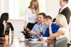 Gladlynt grupp av ungt affärsfolk i kontoret Royaltyfri Fotografi