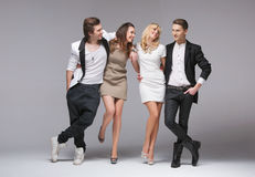 Gladlynt grupp av vänner som kopplar av i företaget Royaltyfri Bild