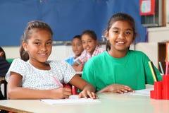 gladlynt gruppflickor lärer skolatid till två Arkivfoton