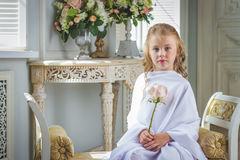 Gladlynt gulligt flickasammanträde med steg Arkivfoton