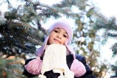 Gladlynt härlig flicka i lilavinterhatt Royaltyfri Fotografi